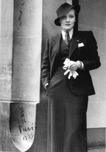 Az 1930-as években a karcsú, lapos, rövid hajú kissé férfias nő volt a divat, mint Marlene Dietrich